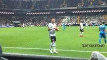 I tifosi lo chiamano, Pepe si gira e fa un gesto eloquente