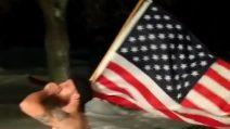 Fuori c'è una bufera di neve: il ragazzo esce in boxer, tenendo una bandiera in mano