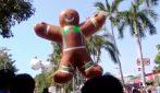 Natale in Messico, una sfilata di palloni giganti inonda Acapulco