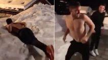 """Il Natale """"spericolato"""" di Dybala: petto nudo e tuffo nella neve"""