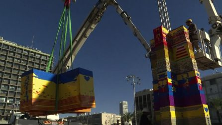 Tel Aviv, torre record di mattoncini Lego: è alta 36 metri