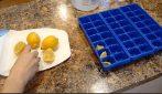 Mette il limone nel contenitore del ghiaccio e prepara un prodotto naturale per la cucina