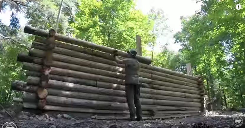 Inizia sovrapponendo tronchi di legno dopo 8 mesi quello for Abitazioni ecosostenibili