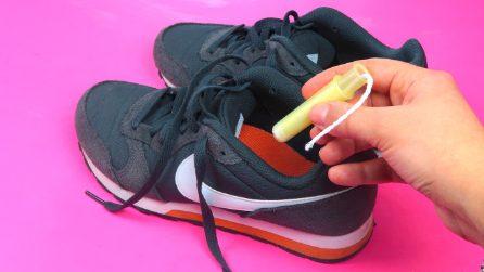 Mette un assorbente interno nella scarpa: il motivo è geniale