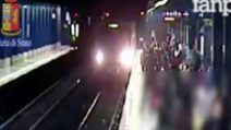 Spinta sotto il treno a Roma: ecco le immagini del tentato omicidio