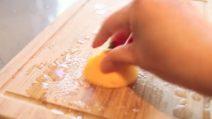 Come pulire il tagliere ed eliminare i cattivi odori con un limone: un metodo facile e veloce