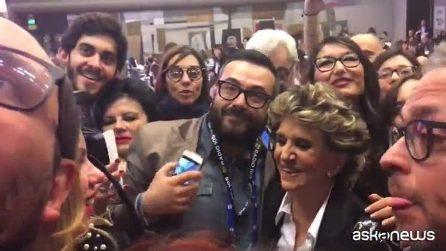 """Sanremo, Franca Leosini regina di selfie: """"Il pubblico ci ha interrotto la gag sulla maglietta fina"""""""