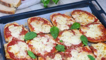 Bread pizza: the brilliant idea to use up leftover bread!