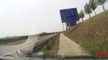 Colpo di sonno alla guida e l'auto esce fuori strada a 170 km/h
