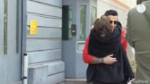 """Fabrizio Corona esce dal carcere: l'abbraccio con Silvia Provvedi. E i fan urlano: """"Sei un mito"""""""