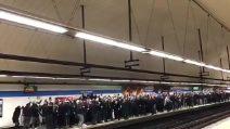 L'assordante coro dei tifosi del PSG nella metro di Madrid