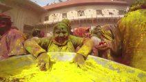 Nuvole di polveri variopinte e divertimento: è la festa dei colori in India