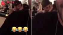 """Belen e Iannone, bacio infuocato davanti ai parenti ma i fan non apprezzano: """"Un po' di pudore"""""""