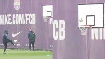 Durante l'allenamento del Barcellona c'è chi fa canestro con i piedi, ma non è Messi