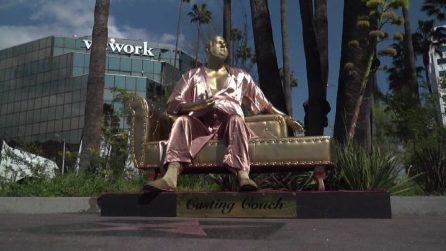 A Hollywood spunta una statua dorata di Weinstein in vestaglia