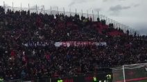 Il commovente coro della curva del Cagliari per Davide Astori