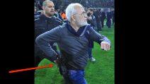 Gol annullato alla sua squadra, il presidente scende in campo a protestare con una pistola