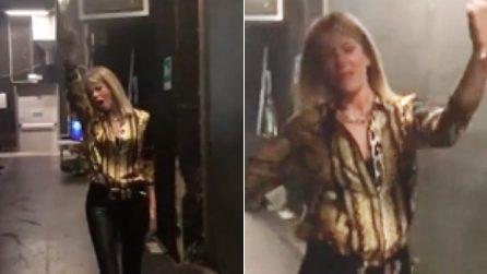 Alessia Marcuzzi scatenata nel backstage: entra in studio improvvisando un balletto