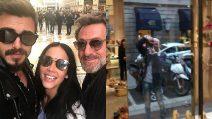 Paola Di Benedetto con Francesco Monte e Filippo Nardi: il trio circondato dai paparazzi