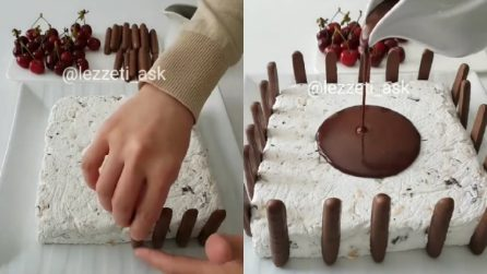 Mette i biscotti al cioccolato intorno alla torta gelato: ecco come preparare questo goloso dessert