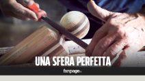 """Giuseppe, il 79enne artista del legno: """"Realizzo una sfera perfetta in pochi minuti"""""""