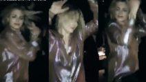 Emma Marrone scatenata in discoteca: la cantante balla e si diverte con degli amici