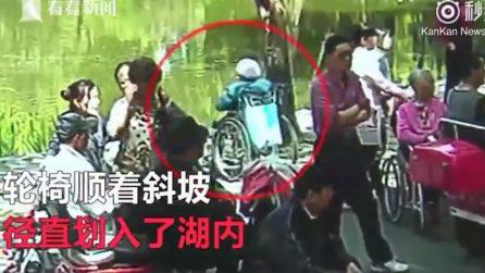 Nel giorno del suo matrimonio si alza dalla sedia a for Vecchio in sedia a rotelle