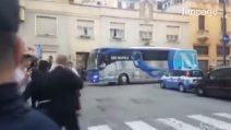 Juve-Napoli, gli azzurri arrivano arriva a Torino: cori e fumogeni davanti all'Hotel