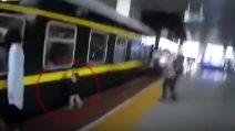 Giovane madre si distrae e il figlio di due anni cade e finisce sotto un treno
