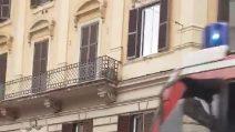 Roma, autobus Atac in fiamme in pieno centro storico
