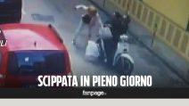 Scippano una donna e la trascinano per diversi metri sull'asfalto: il video choc