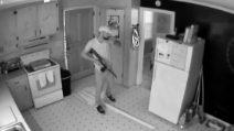 Armato di fucile entra in casa: la scena è inquietante