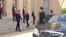 Conte arrivato all'Eliseo, calorosa stretta di mano con Macron