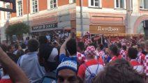 Tifosi argentini e croati festeggiano per le strade fianco a fianco