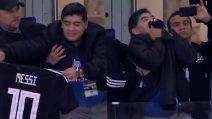 Maradona scatenatissimo: mostra la maglia di Messi sugli spalti e la bacia
