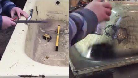Mette una vecchia vasca in un forno: quello che realizza è un\'opera ...