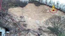 Frana a Costermano, cede una parte di collina: il video dei vigili del fuoco