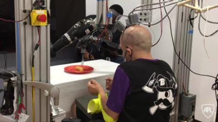 Uomo tetraplegico taglia e mangia una torta grazie a una tecnologia rivoluzionaria