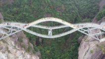Questo ponte cinese si slancia tra le montagne e le nuvole in un paesaggio mozzafiato