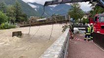 Il fiume Isarco è in piena, il ponte viene smontato per evitare un disastro