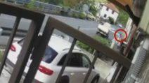 Genova, tavola di legno sporge troppo dal furgoncino e falcia una ragazza