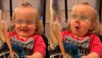 Le regalano una bambola sulla sedia a rotelle: la reazione della bimba disabile è meravigliosa