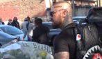 Funerali Willy: l'ultrà Er Brasile tenta di portare un mazzo di fiori, bloccato dalla polizia