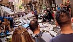 Napoli, paura nella Pignasecca: durante il temporale cade di tutto dall'alto