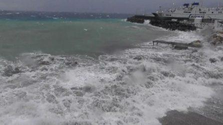 Violenta mareggiata a Capri, turisti bloccati sull'isola