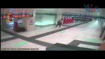 Milano, borseggiatori rubano zaino a turista austriaca in stazione Centrale: incastrati da un video