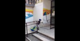 Roma, bimbo affetto da tetraparesi spastica entra a scuola da solo