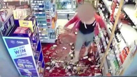 Le chiede di indossare la mascherina e rispettare le regole, cliente distrugge il negozio