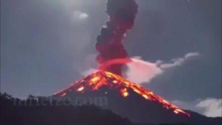 Spaventosa eruzione del vulcano: prima l'esplosione e dopo l'enorme colata di lava