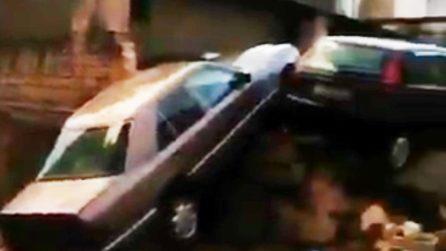 Bomba d'acqua ad Altamura, crolla un muro che travolge due auto